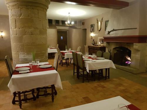 A restaurant or other place to eat at L'Hostellerie du Château de Bricquebec