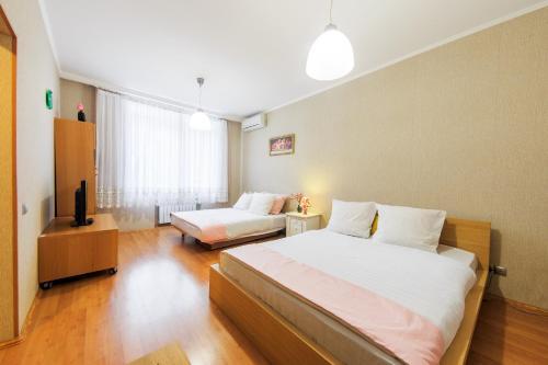 Кровать или кровати в номере Apartment U Visotskogo
