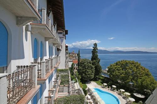 منظر المسبح في Hotel Savoy Palace او بالجوار