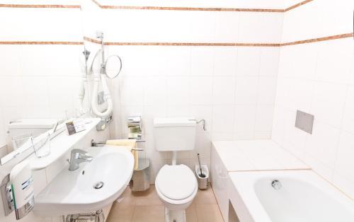 A bathroom at Hotel Viktoria Schönbrunn