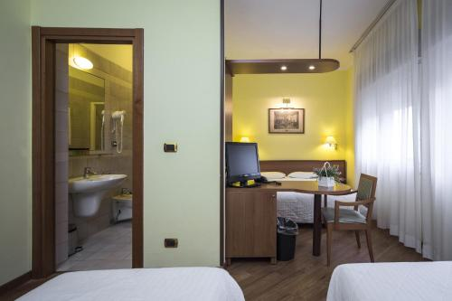 A bed or beds in a room at Nuovo Hotel Del Porto