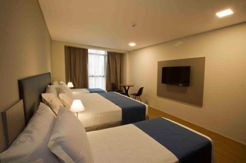 Uma TV ou centro de entretenimento em Fity Hotel