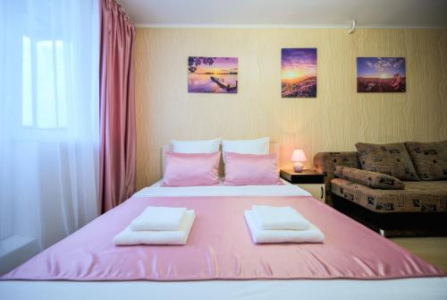 Кровать или кровати в номере Пять Звёзд Розовый
