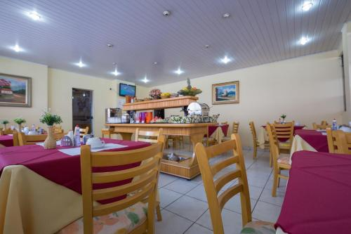 A restaurant or other place to eat at Requint Hotel