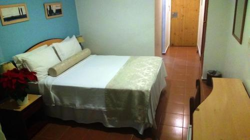 A bed or beds in a room at Hotel Torremolinos