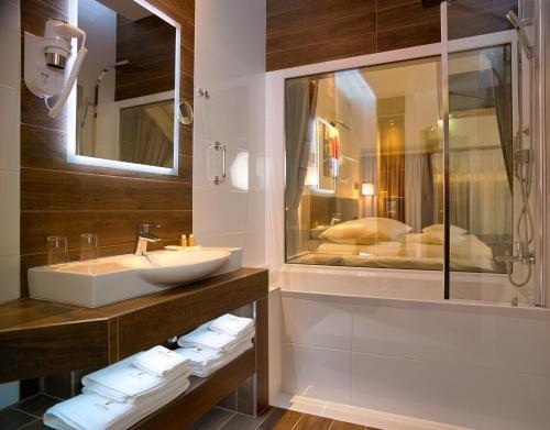 Ein Badezimmer in der Unterkunft Aura - Hotel & Restaurant & Sauna