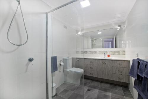 A bathroom at Akuna 20, 6 Joffre Street