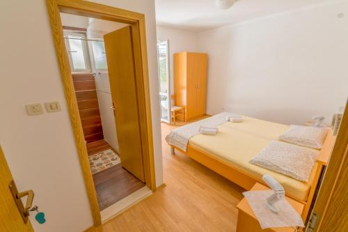 A bed or beds in a room at Rooms Karla
