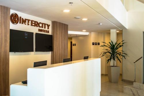 The lobby or reception area at Intercity Maceio