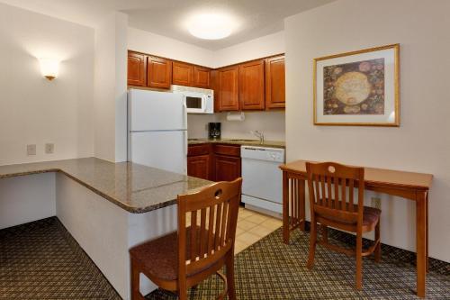 A kitchen or kitchenette at Staybridge Suites Allentown Airport Lehigh Valley, an IHG Hotel