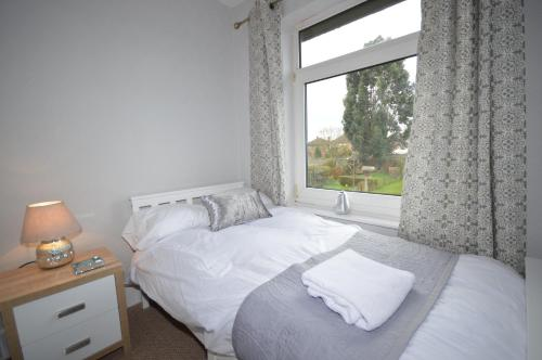 A bed or beds in a room at Whole House - Sleeps 6 - near town centre - off road parking
