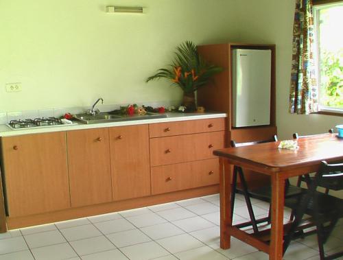 A cozinha ou cozinha compacta de Bungalows Tipaniers Iti