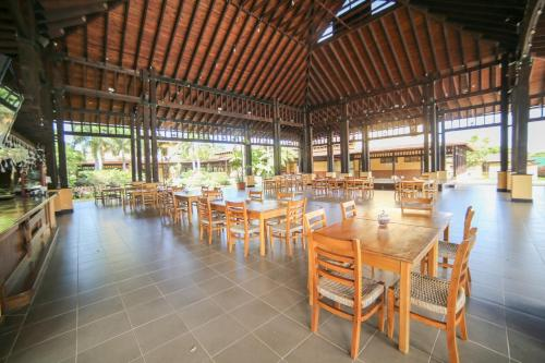 A restaurant or other place to eat at Carmen Hotel & Villas