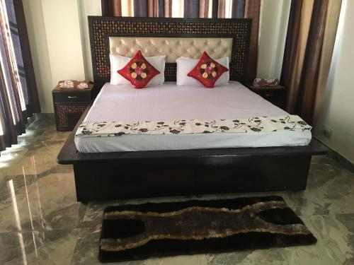 A bed or beds in a room at Valley view Barog