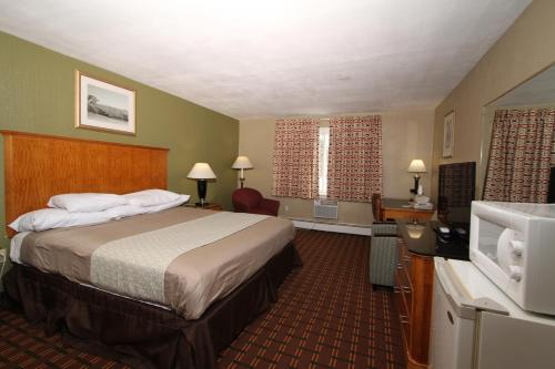 A bed or beds in a room at Budget Inn Cicero