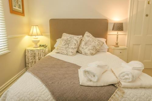 A bed or beds in a room at Glencoe Country Bed and Breakfast