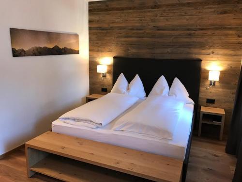 Ein Bett oder Betten in einem Zimmer der Unterkunft Hotel Spöl Restaurant