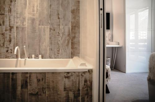 A bathroom at Rock Noir & Spa