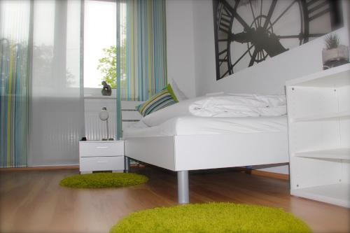 A bed or beds in a room at Gästehaus zur Linde