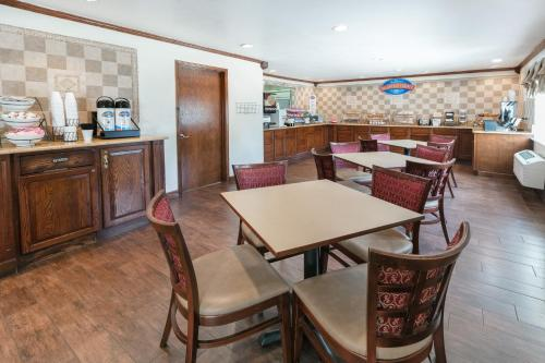 A restaurant or other place to eat at Baymont by Wyndham Arlington At Six Flags Dr
