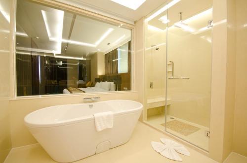 Ein Badezimmer in der Unterkunft The Grand Fourwings Convention Hotel Bangkok