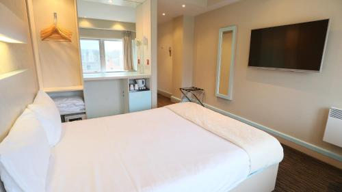 A bed or beds in a room at Citrus Hotel Cheltenham by Compass Hospitality