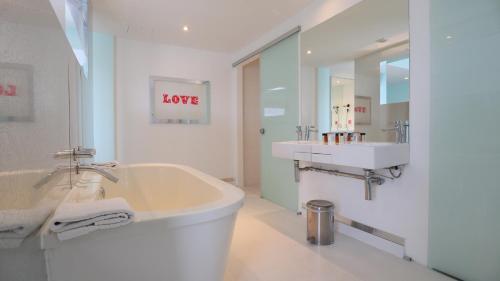 A bathroom at Citrus Hotel Cheltenham by Compass Hospitality