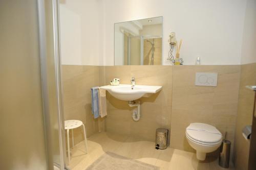 A bathroom at Hotel Martellerhof