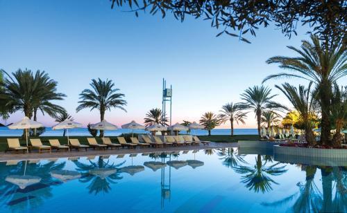 Бассейн в Constantinou Bros Athena Royal Beach Hotel или поблизости