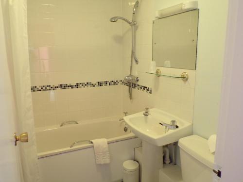 A bathroom at Shaftesbury Hotel Dundee