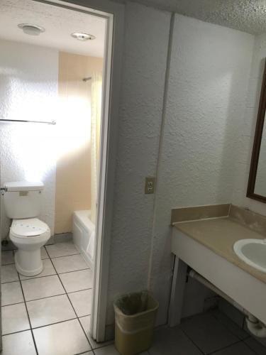 A bathroom at Super Lodge Motel El Paso