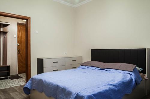 Кровать или кровати в номере Domumetro Apartment on University 72 к 2