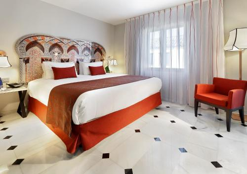 A bed or beds in a room at Eurostars Conquistador