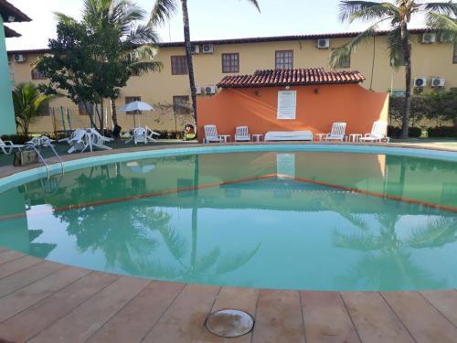 A piscina localizada em Apartamento Taperapuã Village ou nos arredores