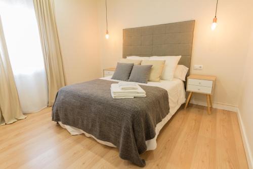 A bed or beds in a room at Apartamento Avenida de Colón