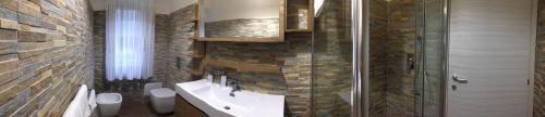 A bathroom at B&B LINEABLU