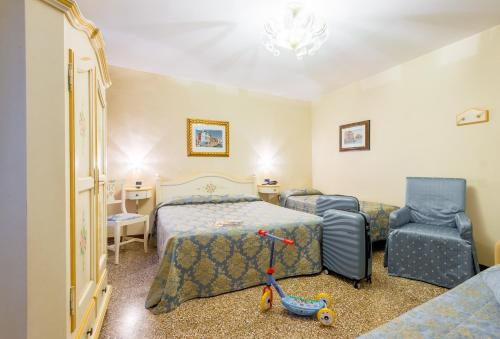 A bed or beds in a room at Hotel Mercurio