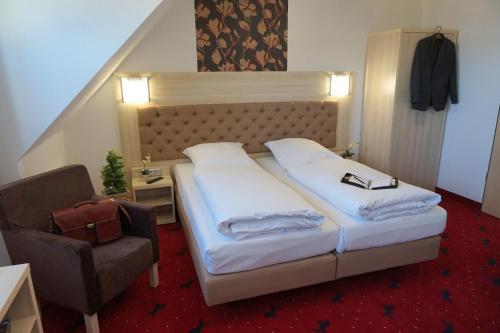 A bed or beds in a room at Hotel Rappen Rothenburg ob der Tauber