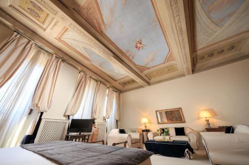 Cama ou camas em um quarto em Hotel J and J