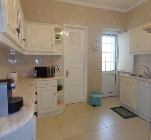 A kitchen or kitchenette at Apartment Downtown Faro