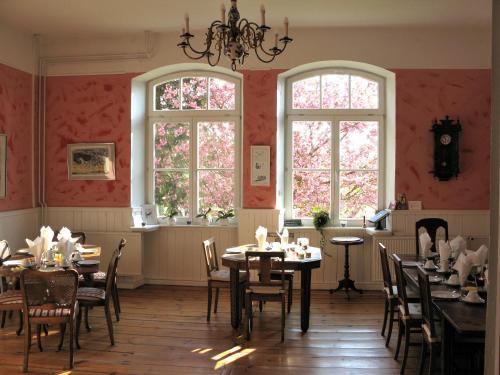 Ein Restaurant oder anderes Speiselokal in der Unterkunft Gutshaus Zietlitz