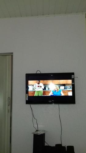 Una televisión o centro de entretenimiento en Expedito acomodações