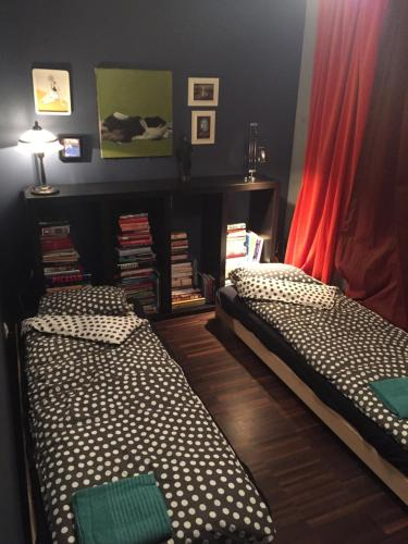 Łóżko lub łóżka w pokoju w obiekcie Chełmska 9, next to Olinek