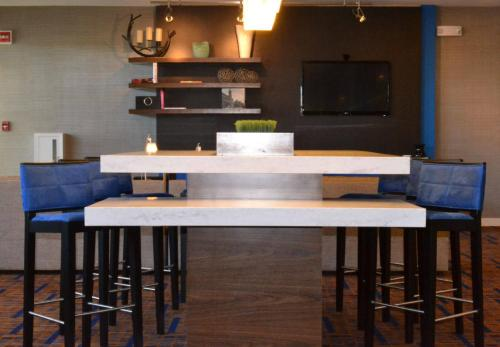 The lounge or bar area at Courtyard Cape Cod Hyannis