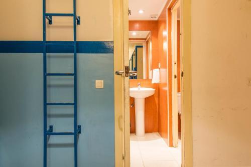 A bathroom at Sea Hostel Barcelona