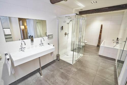 A bathroom at Saillant Hotel Maastricht City Centre