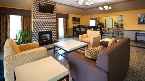 A seating area at Best Western West Monroe Inn