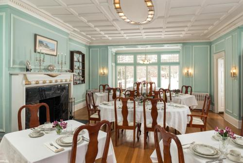 A restaurant or other place to eat at Idlwilde Inn