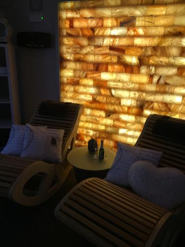 A seating area at Relax Trois Bornes - De Grenspost