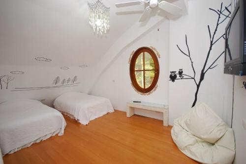 A bed or beds in a room at Maison-Philo Homestay B & B